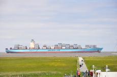 Containerschiff in Fahrtrichtung Hamburg